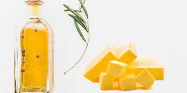 Botella de aceite y porciones de mantequilla