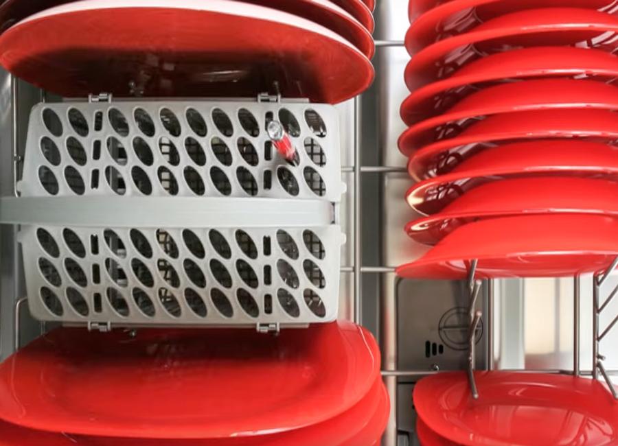 Platos rojos dentro de lavavajillas Brandt