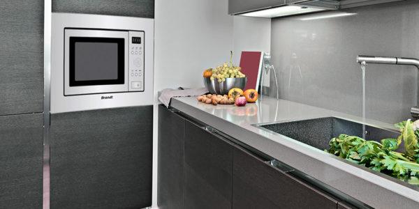 Horno microondas Brandt en cocina gris