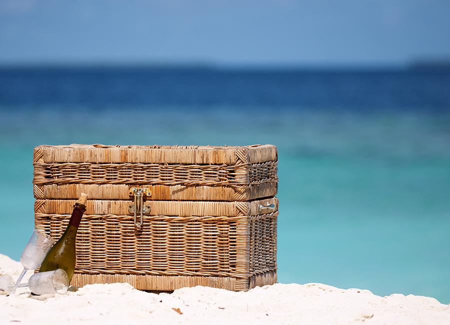 Cesta de picnic en la playa