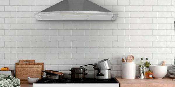 Cocina blanca con campana extractora de inox
