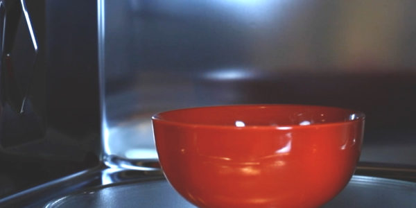Recipiente rojo dentro de microondas Brandt