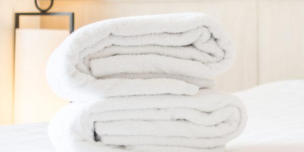 Toallas blancas sobre una cama