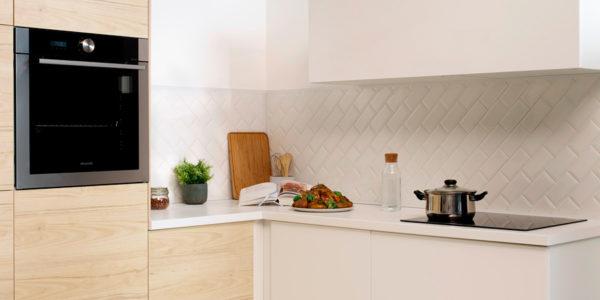 Cocina blanca con placa y horno Brandt